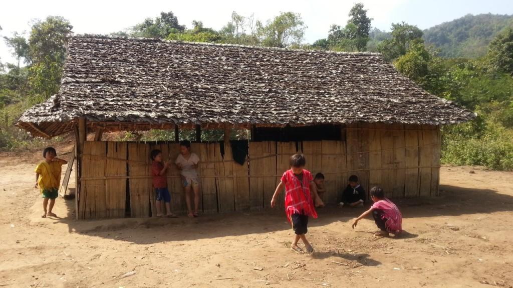 อาคารเรียนหลังแรก สร้างจากไม้ไผ่
