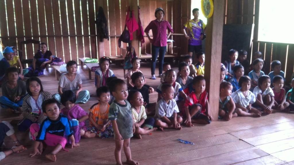 ภายในอาคาร เด็กมาทำกิจกรรมด้วยกัน